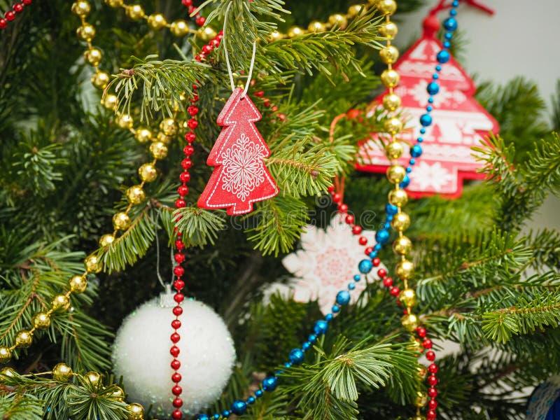 Fechar decorações tradicionais da árvore de natal em casa em foco seletivo fotografia de stock