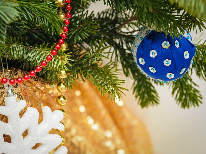 Fechar decorações tradicionais da árvore de natal em casa em foco seletivo fotos de stock