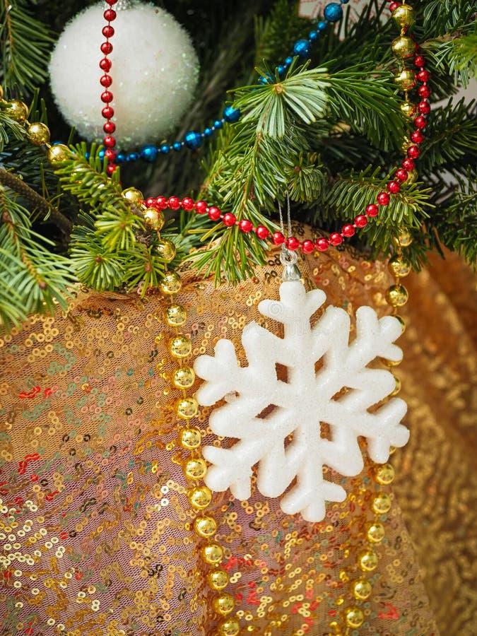 Fechar decorações tradicionais da árvore de natal em casa em foco seletivo imagens de stock