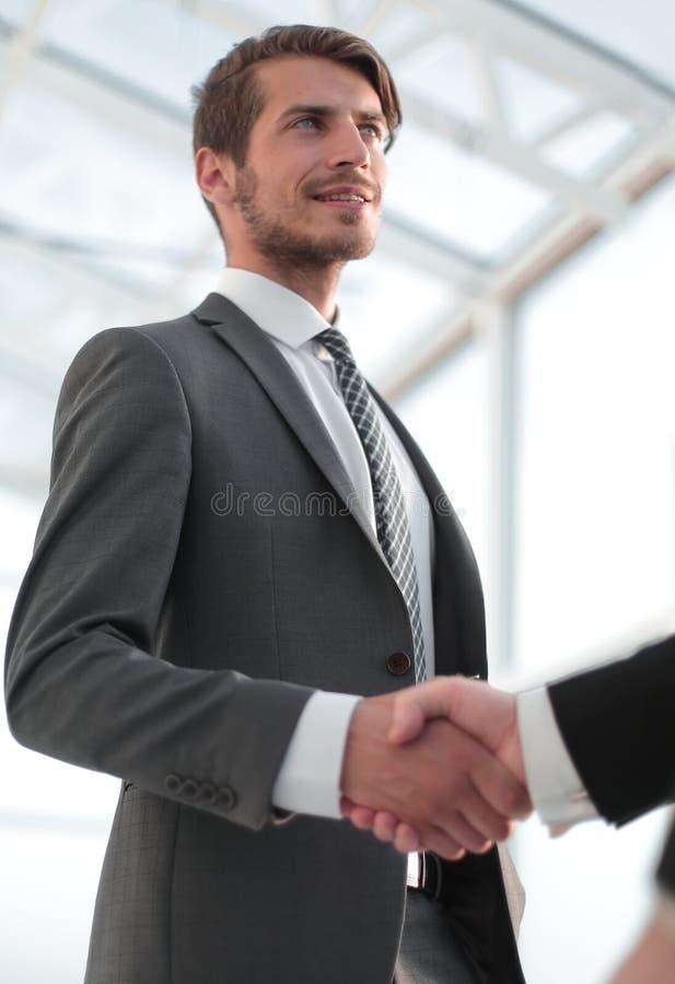 Fechar homem de negócios aperta a mão com seu parceiro fotos de stock