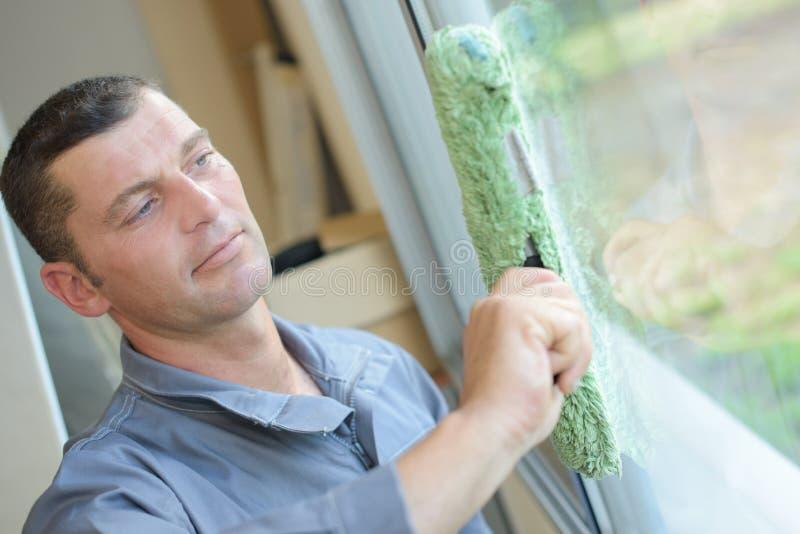 Fechar limpeza de janelas imagens de stock royalty free