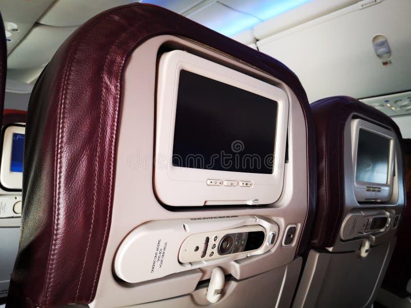 Fechar o interior da minitelevisão em voo para passageiros em assentos dentro da vista de aviões imagens de stock royalty free
