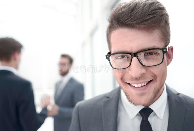 Fechar retrato de um jovem empresário bem-sucedido fotografia de stock