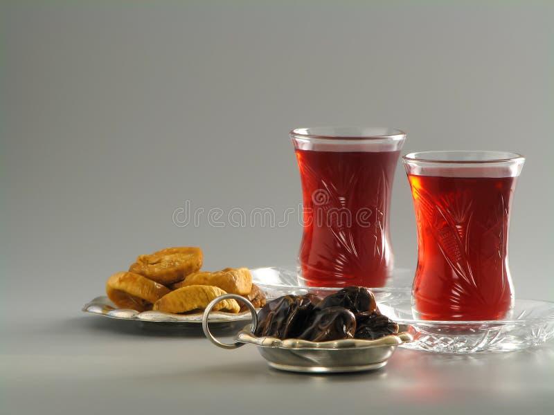 Fechas secadas e higos, té del karkade en vidrios del armudu imagen de archivo libre de regalías
