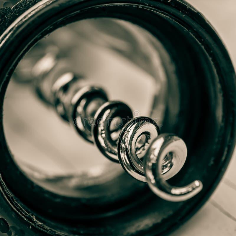Feche acima ah-assim do abridor do vinho do corkscrew Detalhes macro ish fotos de stock