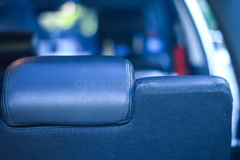 Feche acima atrás do assento, pessoa que senta-se dentro de um carro imagem de stock