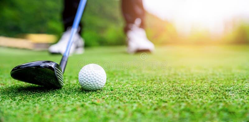 Feche acima a bola de golfe no campo de grama verde imagem de stock royalty free