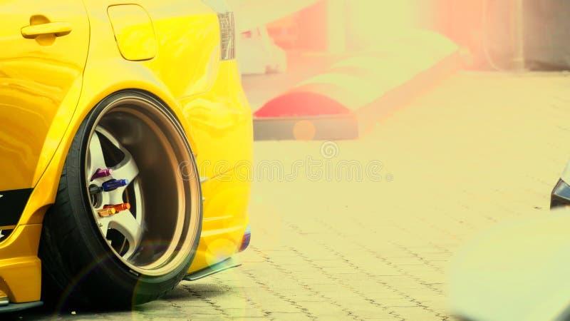Feche acima, carro de esportes da roda traseira foto de stock