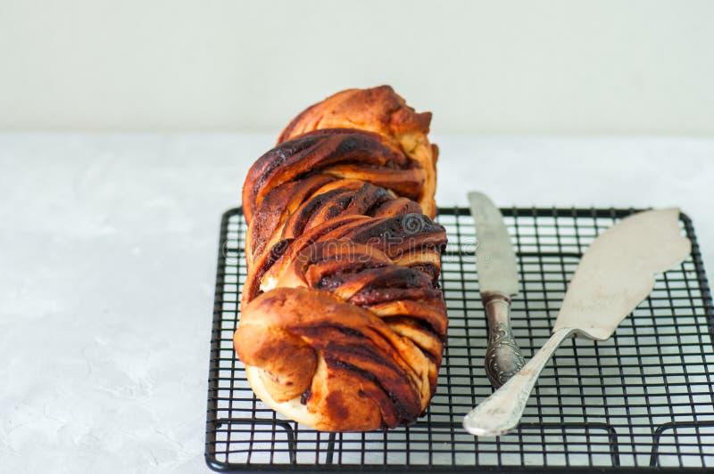 Feche acima chocolate delicioso do pão trançado recentemente cozido na imagem de stock