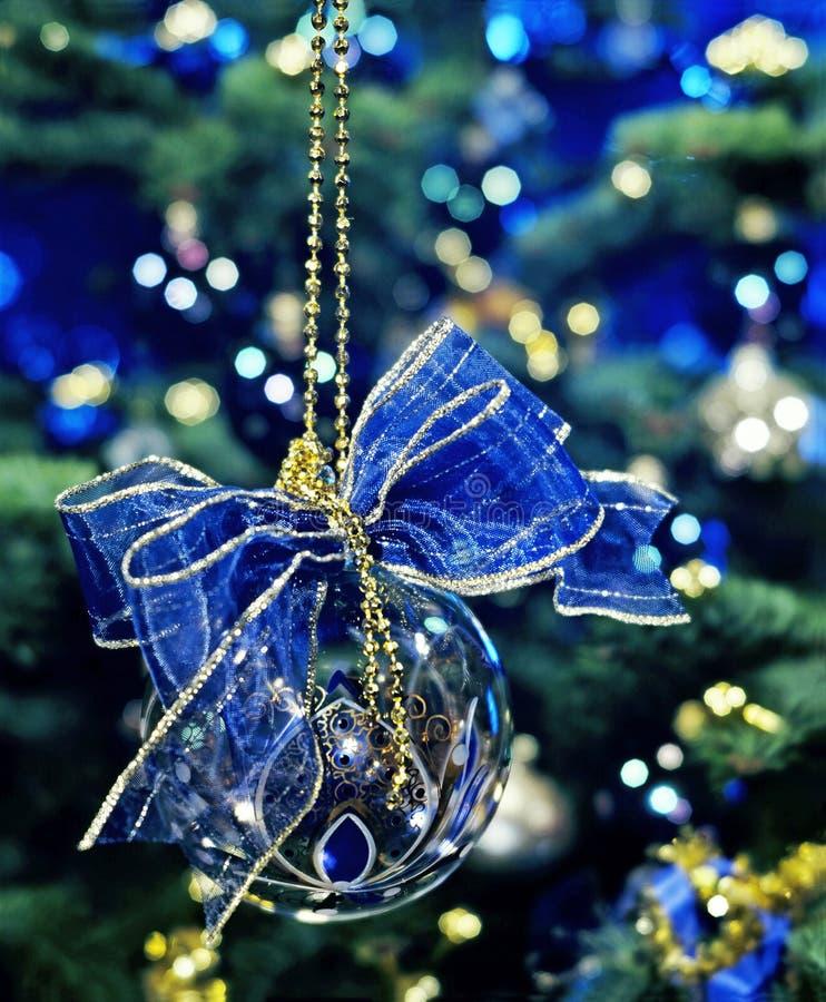Feche acima da árvore de Natal com quinquilharia de vidro fotografia de stock