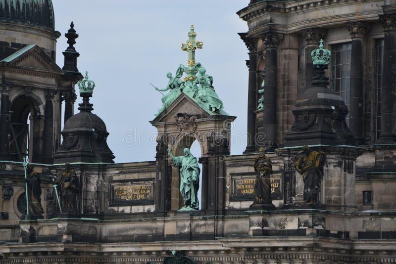Feche acima da arquitetura barroco de Berlin Dom imagens de stock