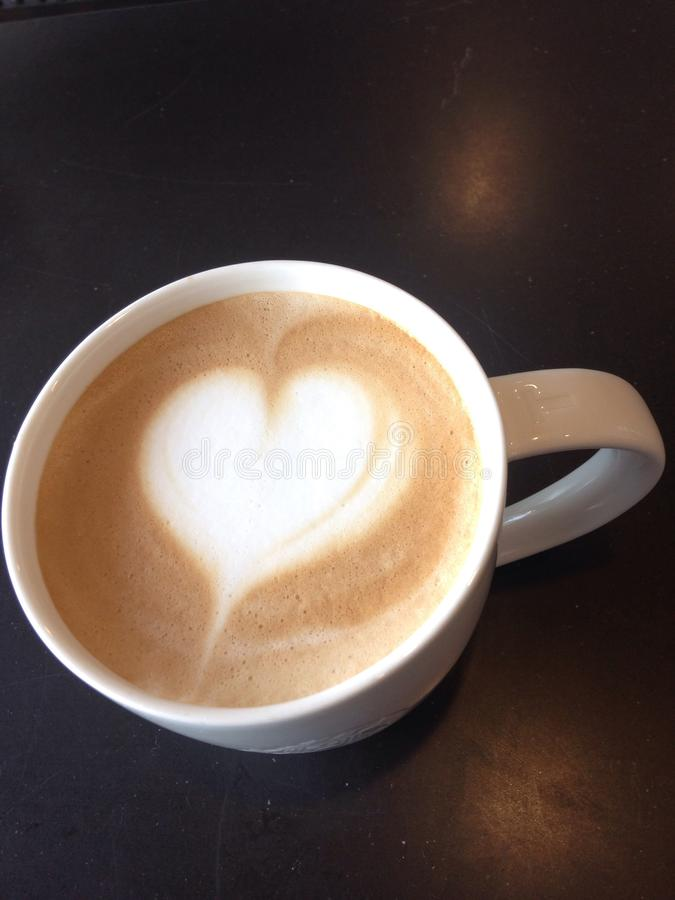 Feche acima da arte do latte na forma do coração fotografia de stock royalty free