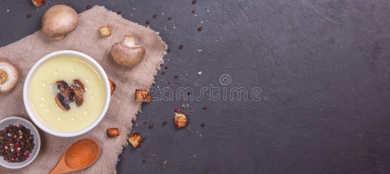 Feche acima da bacia com a sopa do creme do cogumelo decorada com cogumelos cortados foto de stock