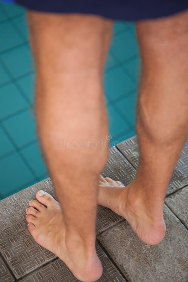 Feche acima da baixa seção do nadador que está pela associação fotos de stock
