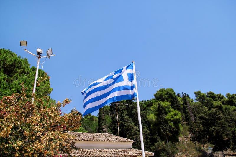 Feche acima da bandeira grega azul e branca no voo do mastro de bandeira no vento Bandeira nacional grega rasgada na ondulação ve fotografia de stock royalty free