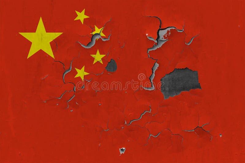 Feche acima da bandeira suja, danificada e resistida de China na parede que descasca fora da pintura para ver interior a superfíc foto de stock royalty free