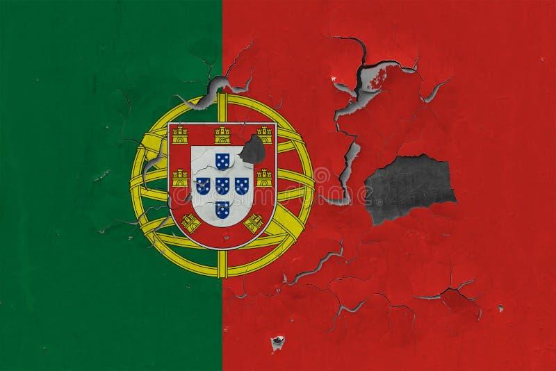 Feche acima da bandeira suja, danificada e resistida de Portugal na parede que descasca fora da pintura para ver interior a super ilustração do vetor