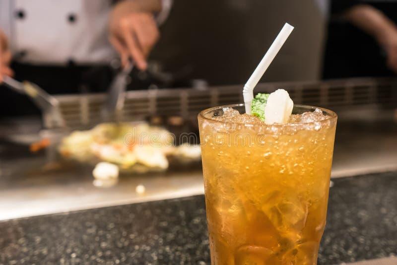 Feche acima da bebida fria no restaurante foto de stock royalty free
