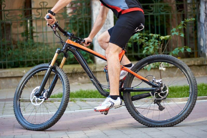 Feche acima da bicicleta do esporte em ruas da cidade imagens de stock