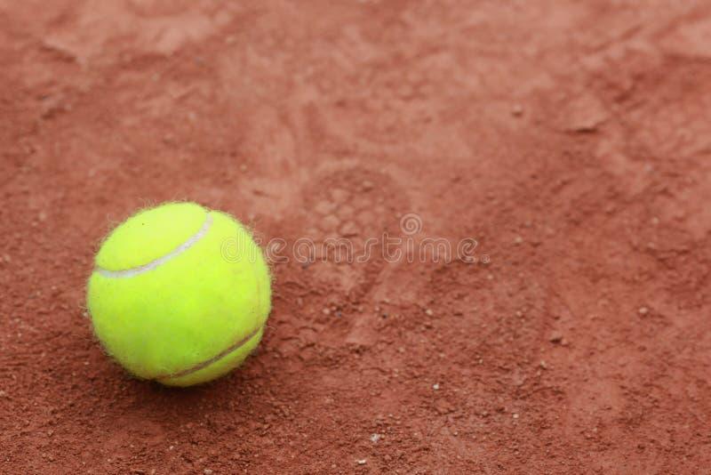 Feche acima da bola de tênis em uma corte de argila foto de stock