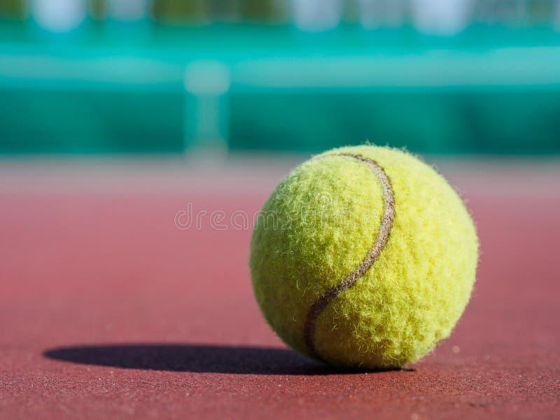 Feche acima da bola de tênis na corte Conceito do active do esporte imagens de stock