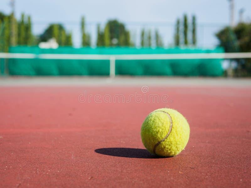 Feche acima da bola de tênis na corte Conceito do active do esporte fotografia de stock royalty free