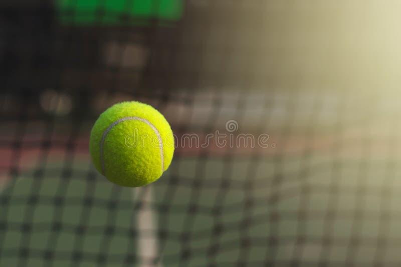 Feche acima da bola de tênis que bate para pescar no fundo foto de stock royalty free