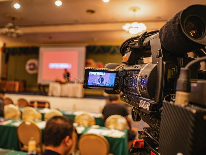 Feche acima da câmara de vídeo profissional na sala de conferências ou no seminário foto de stock