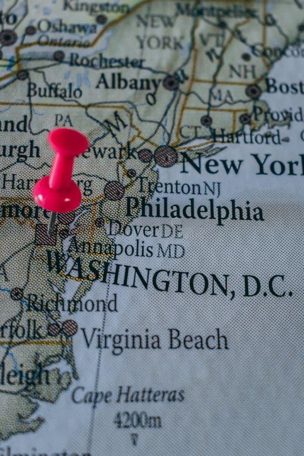 Feche acima da C C o pino apontou no mapa do mundo com um percevejo cor-de-rosa imagem de stock