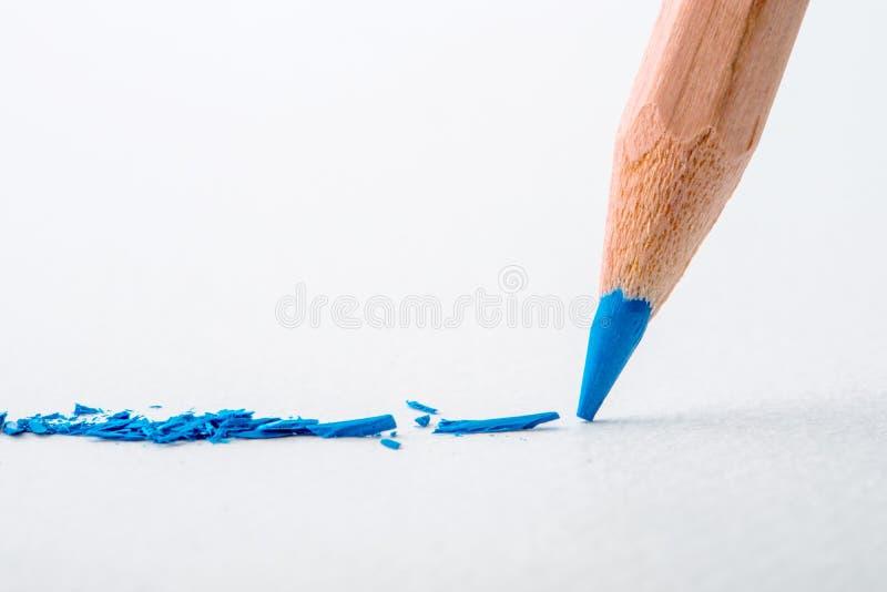 Feche acima da cabeça do lápis azul da cor no papel de desenho branco, cr foto de stock