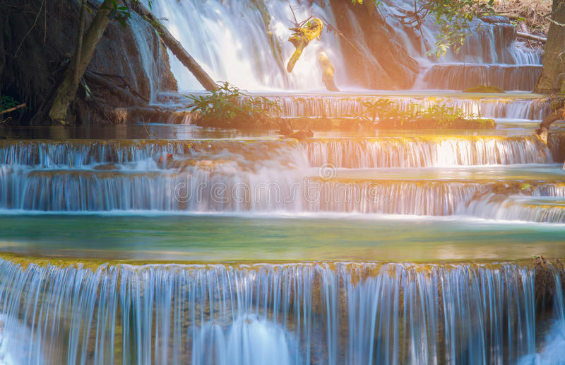Feche acima da cachoeira das camadas do múltiplo na floresta profunda tropical fotos de stock royalty free