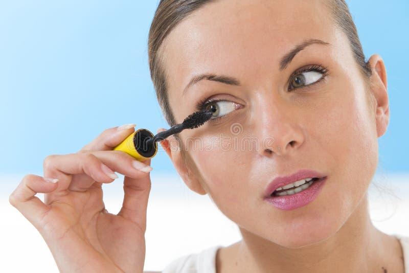 Feche acima da cara da mulher com escova do rímel fotos de stock