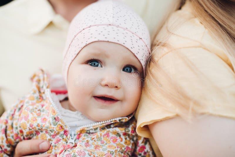 Feche acima da cara do bebê surpreendido com a boca levemente aberta imagem de stock