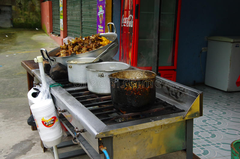 Feche acima da carne de porco roasted hornado com um milho, sobre uma cozinha industrial no local, em um foo andino típico tradic foto de stock royalty free