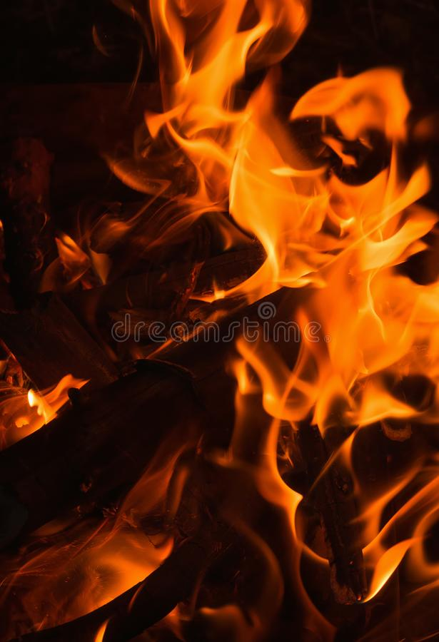 Feche acima da chama de uma fogueira fotos de stock royalty free