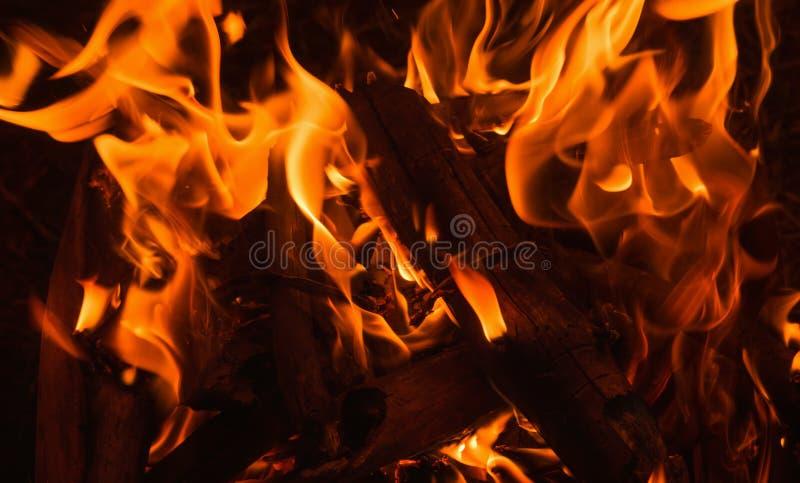 Feche acima da chama de uma fogueira imagem de stock