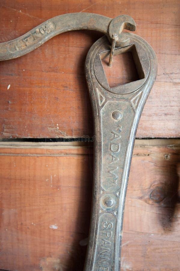 Feche acima da chave inglesa e da chave antigas foto de stock