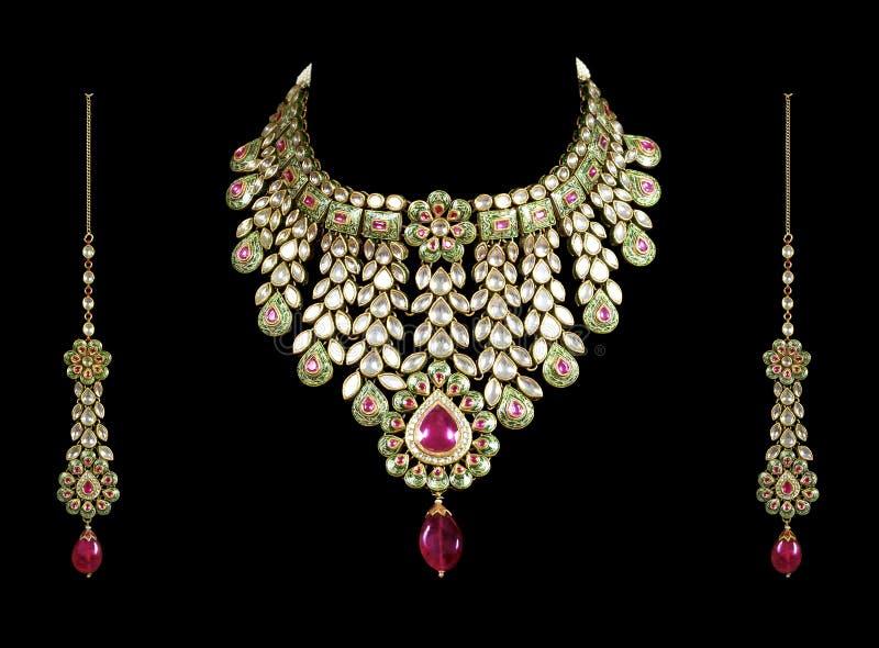 Feche acima da colar de diamante com anel de orelha do diamante imagens de stock royalty free