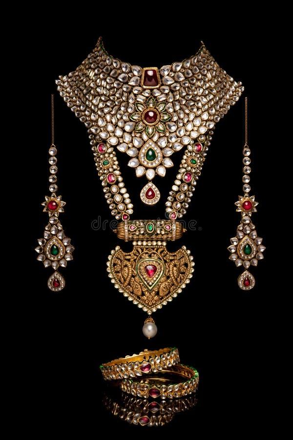 Feche acima da colar de diamante com brinco do diamante fotografia de stock royalty free