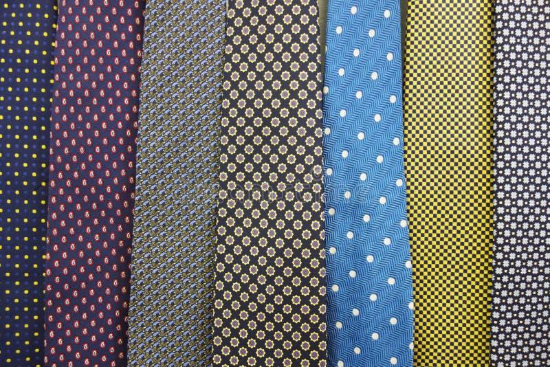 Feche acima da coleção dos laços de seda do pescoço imagem de stock