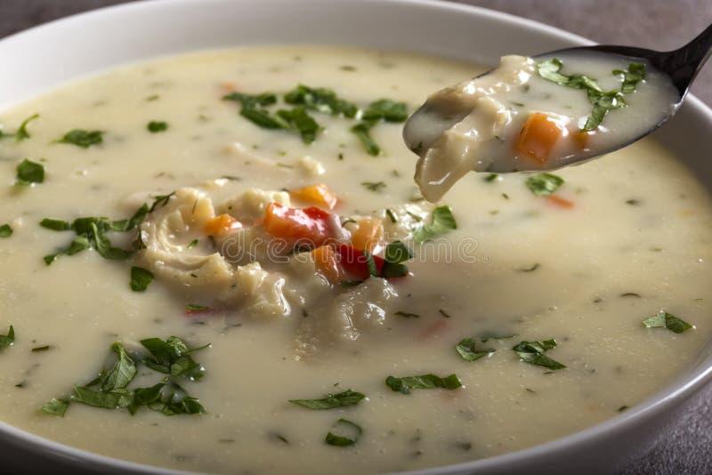Feche acima da colher com sopa tradicional romena - Ciorba de Departamento foto de stock royalty free
