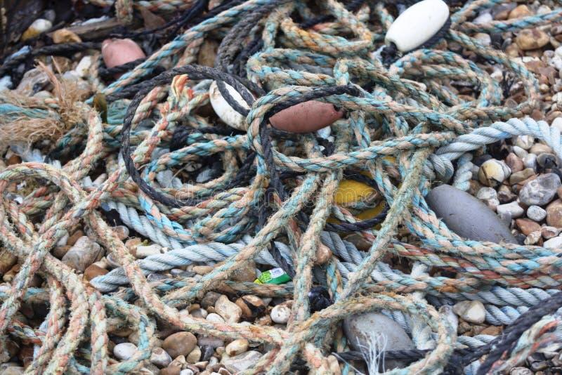 Feche acima da corda de pesca rejeitada na praia fotos de stock