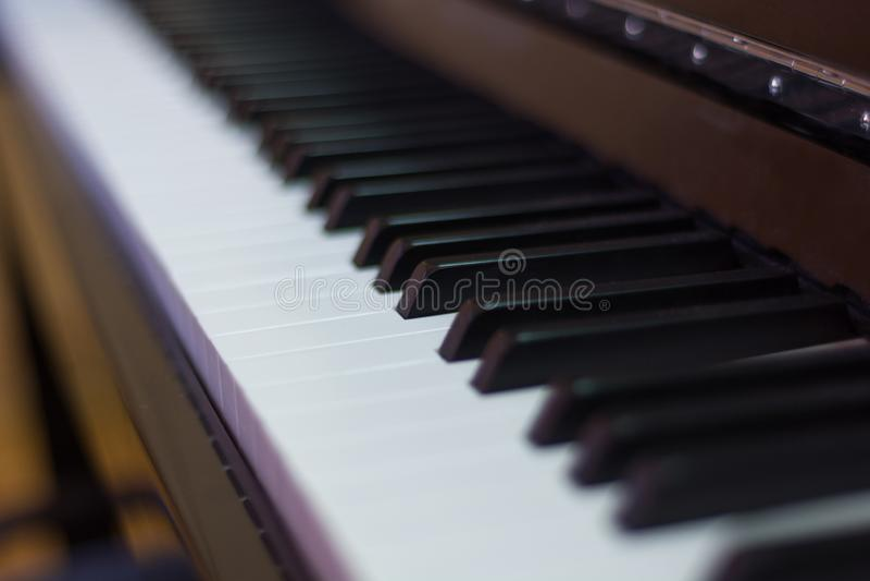Feche acima da corrente do piano, o processo de escrever a música, o espelho próximo do instrumento musical preto e branco imagem de stock