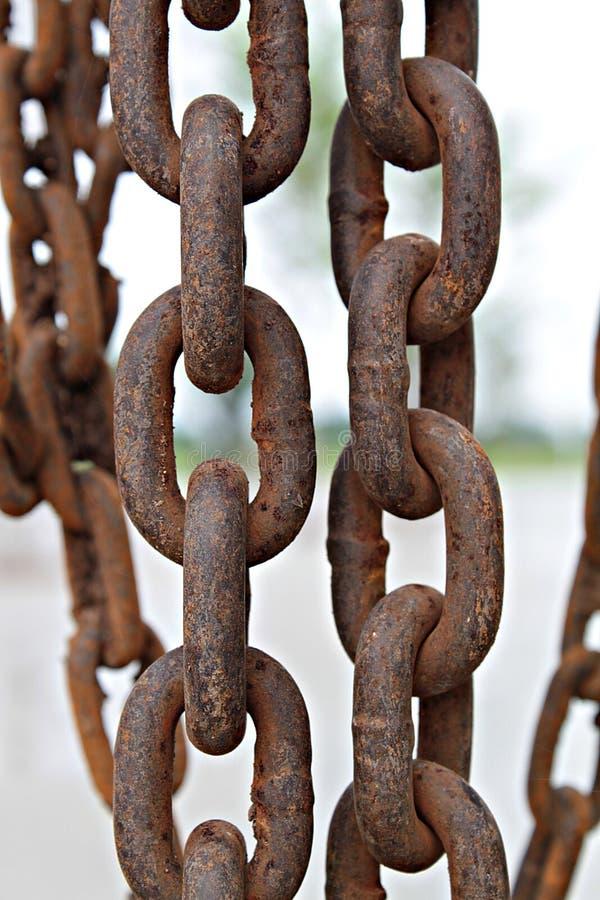 Feche acima da corrente oxidada velha do metal no canteiro de obras imagem de stock