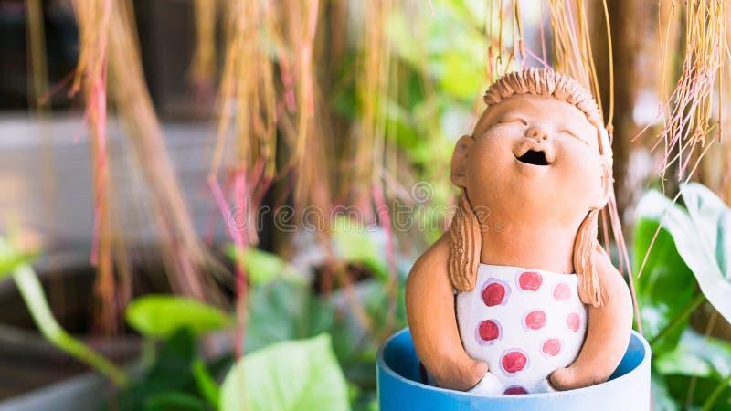 feche acima da decoração engraçada bonito das bonecas da argila da menina no tropica foto de stock