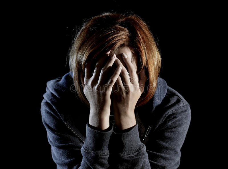 Feche acima da depressão de sofrimento da mulher e force apenas na dor e no sofrimento fotos de stock royalty free