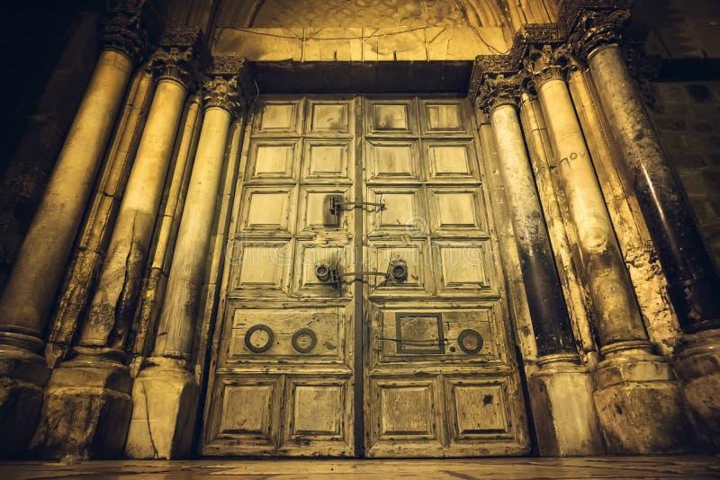 Feche acima da entrada principal à igreja do sepulcro santamente imagens de stock