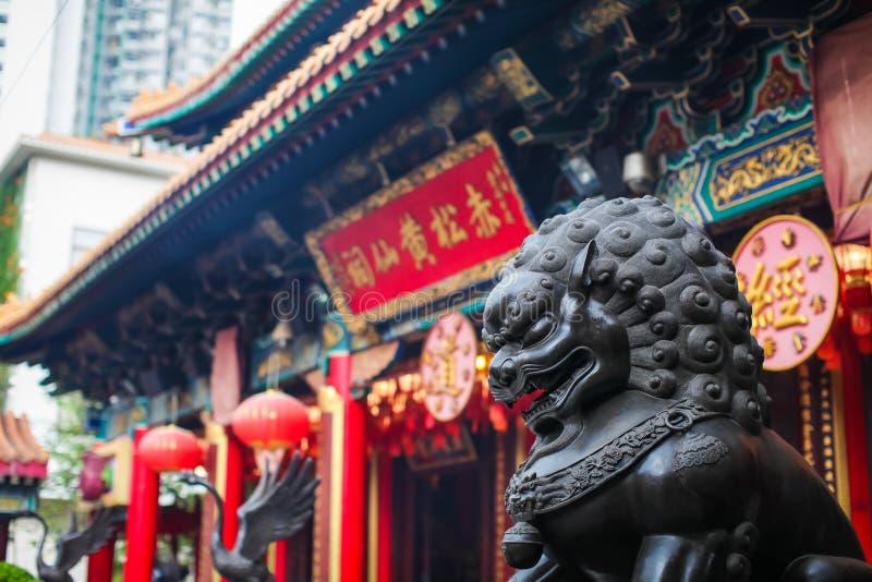 Feche acima da escultura de bronze de Lion Guardian no Sik Sik Yuen Wong Tai Sin Temple em Kowloon, Hong Kong fotos de stock