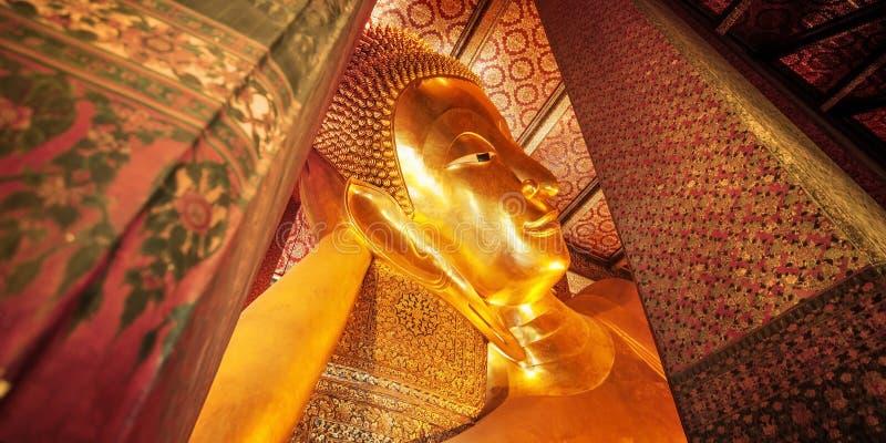 Feche acima da estátua de reclinação do ouro da Buda, Wat Pho, Banguecoque, Thailan foto de stock royalty free