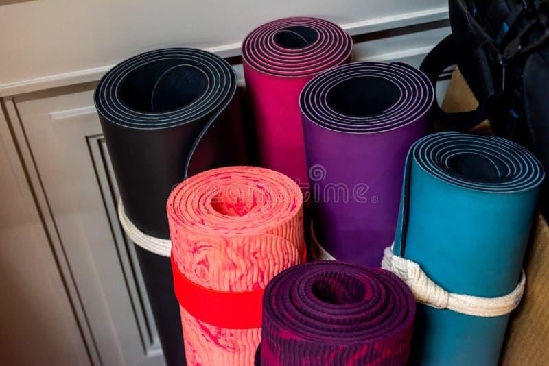 Feche acima da esteira colorida da ioga fotografia de stock royalty free